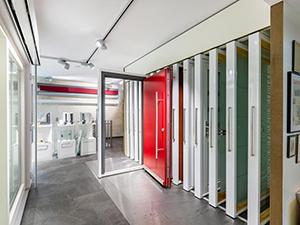 Ausstellungsraum gestalten & Showroom Einrichtung - Ausstellungssysteme für Haustüren, Fenster, Innentüren   ShowMotion